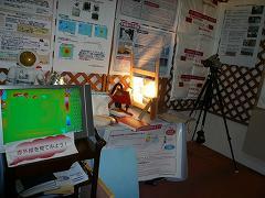 ライトで照らして熱の透過の実験です